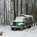 Alter Armeelastwagen mitten im Wald