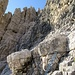 54 Dies ist der letzte Abseiler. Links der abstehende Turm am Ende des unteren Schotterbandes. Geil sieht er aus, der dunkle Kaminriß, den man heute Morgen hochgestiegen ist.