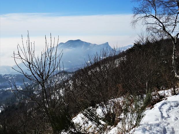 Dal Monte Piambello guardando verso Sud si può vedere anche il Monte Rho di Arcisate.