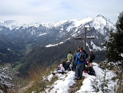 Blick aufs Gipfelkreuz; Hinweg durch teils metertiefen Schnee (Foto nicht von mir)