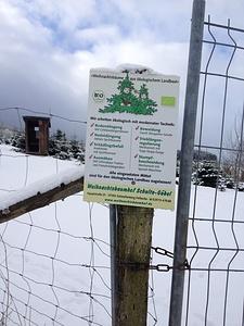Weihnachtsbaumhof-Schild auf dem Weg zum Hohen Hagen, Rothaargebirge. / Iscriviti sulla strada per Hoher Hagen, Rothaargebirge.  © dasMue