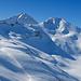 Dreizehntenhorn und Schwarzhorn. Die Abfahrt führte oberhalb der Felsstufe traversierend und stets an Höhe verlierend zum hinab zur Terrasse mit der grossen Schneeverwehung links im Bild.