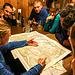 Tourenvorbereitung in der Hütte. Dina erklärt das Lesen der Karte