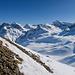 Blick zur Seite. Am Gipfel hat es apere Stellen. Mit Schneeschuhen ist aber ein Aufstieg bis zuoberst möglich.