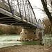 die Brücke nach Frankreich, ich gehe unterhalb am Wasser entlang