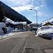 Si percorre la via principale, passando in mezzo alle case, con un occhio fisso alla tanta neve sui tetti