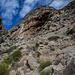 Der Pasp del Gato führt über geschlagene Stufen links in die Einsattelung