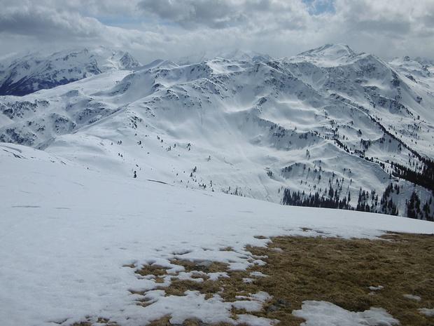 Blick vom Steinbergstein. Die Berge im Bereich des Hauptkamms hängen in Wolken.