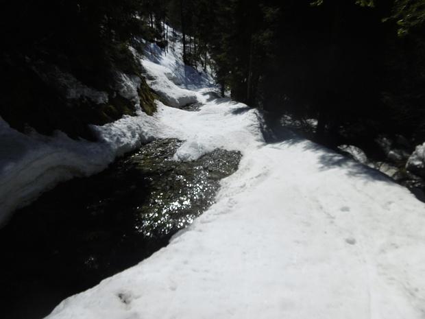 Eine schwierige Abfahrtspassage. Ich trage die Skier ein paar Meter.
