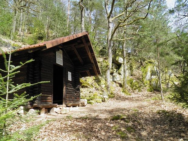 eine Schutzhütte im Wald-fast wie in den Alpen