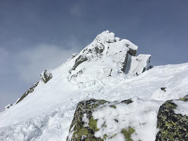 Gipfelgrat: ohne Steigeisen (ich hatte keine dabei) teilweise etwas grenzwertig, links gehts ziemlich s Loch derab..