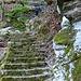 Sentiero a scendere spettacolare, protetto con barriere e scalinato dove serve