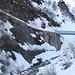 <b>Come ebbi modo di constatare già mercoledì scorso, il punto più pericoloso dell'intera gita  è subito dopo il ponte sulla Furkareuss, a 1603 m di quota. Qui la neve è gelata e non ci sono protezioni: una malaugurata scivolata causerebbe una caduta di diversi metri dal muro di sostegno fino alle rocce dell'alveo del fiume. Mi auguro che il caldo primaverile faccia sciogliere presto la neve in questo punto della strada della Witenwasserental, prima che qualche escursionista subisca un grave incidente.  </b>
