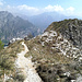 Il breve sentiero che dalla bocchetta Sambrosera porta in vetta. In secondo piano l'anticima da cui si passa per scendere verso il sasso Preguda, sullo sfondo il Resegone.