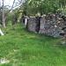 Ruines de Wyssweidji. Au fond, la petite chapelle de ce lieu isolé.
