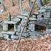 Resti della costruzione in cima al poggio (con bottiglione di recente posa...)
