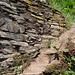 ... durch gestuftes Gelände mit Trockenmauern