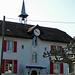 Gemeindeverwaltung Commugny, wohl ehemaliges Schulhaus, man beachte die römischen Ziffern der Uhr