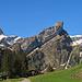 es kann im Alpstein nicht schöner sein, kurz vor dem Seealpsee, rechts ist der Säntis