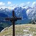 das Jägerkreuz mit dem Steinernen Meer im Hintergrund, in den Bereichen über 2000 m liegt noch viel Schnee