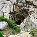 um den Felsen herum bis zu diesem Grotteneingang