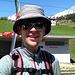 zufriedener Skitourist am Bahnhof Dieni