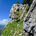 Nach dieser blau-weissen Markierung, respektive zwischen diesen beiden Felsklötzen hochsteigen. Das ist der Einstieg der Südroute auf den Chöpfenberg.