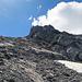 auf diesem brüchigen Grat gehe ich bis ganz nach oben und quere nachher nach rechts um den Felskopf, beim Abstieg ist diese Stelle um einiges anspruchsvoller, vor allem wegen der Rutschgefahr auf dem brüchigen Felsen, es ist wesentlich steiler als es auf dem Bild aussieht.