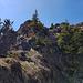 der letzte Aufschwung kann im sehr brüchigen Gestein überstiegen werden (Aufstieg, II) oder auch umgangen werden (Abstieg, einfacher)