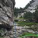 Der Markierung am Fels folgen. Blau ist der Weiterweg. Grün geht es zur Gletschergrube