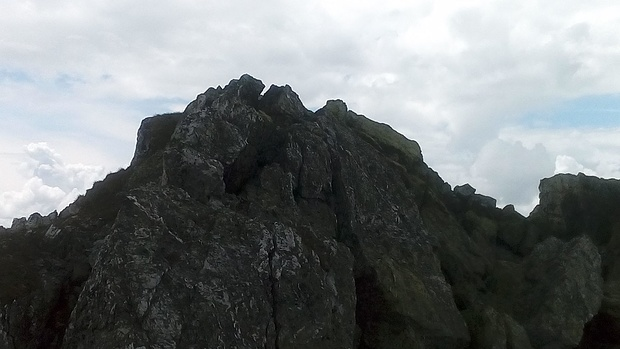 Über grobe Blöcke geht es zuletzt auf den Gipfel.