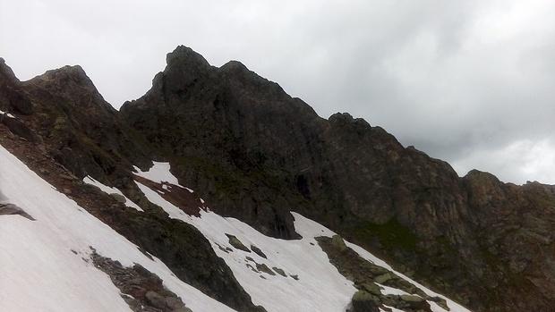 Ich nähere mich der Felswand des Dreispitzkopfs, über die ich abgestürzt bin.