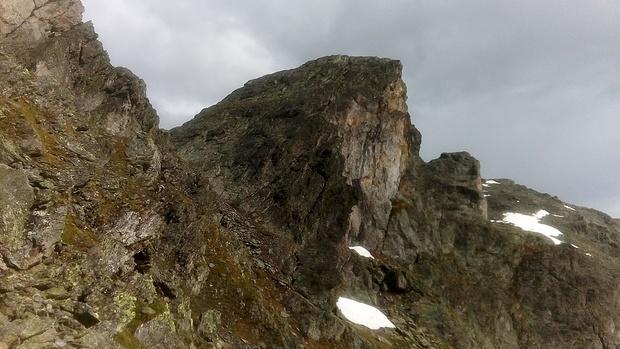 Rückblick bei der Querung westlich unter dem nördlichen Turm des Dreispitzkopfs.