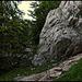 Nur noch über die Schuttrinne. Der Einstieg befindet sich links von der Felsnasenspitze rechts.