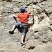 eine Polysportive beim Klettern