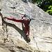 ein Kletterer beim Klettern