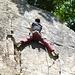 ein Kletterer immer noch beim Klettern