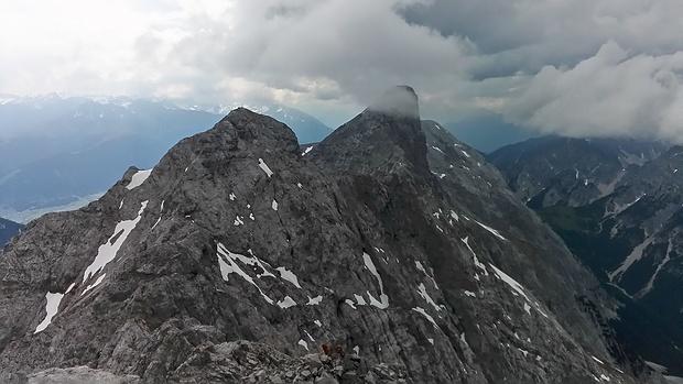 Blick von der Hinteren Brandjochspitze westwärts: wenige Minuten zuvor war der Kleine Solstein noch wolkenfrei.