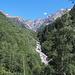 Der aus dem Val Soi kommende Bach bildet zuunterst eine tiefe Schlucht