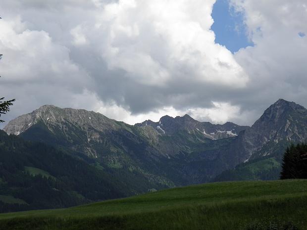 klassischer Blick auf Entschenkopf,Nebelhorn und Rubihorn-auf den Geländestufen rechts liegen die beiden Gaisalpseen