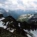Über den südlichen Stubaier Alpen im Süden und dem Ötztaler Alpen im Hintergrund kommt starke Bewölkung auf.