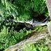 Wegstück nach Piandalevi. Ein Blick in die Tiefe von der Brücke aus.