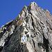 Seilschaften à gogo vor uns, in weisser Hose (Im Vordergrund) ein Free-Solo Kletterer.