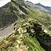Il sentiero che da sotto il Madone si dirige verso la Bocchetta di Cazzane seguendo la crestina finisce su dei salti di roccia. Io preferisco scendere dal canale erboso in primo piano.