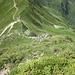 La ripida cresta tra rocce ed erba che parte dal Passo San Jorio verso la Cima di Cugn 2237 mt.