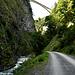 Le Taminabrücke surplombe le sentier