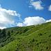 Die Alphütte rückt näher. Der Weg führt vorerst aber noch hinaus auf den Nordrücken.