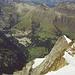 Tiefblick nach W zu Hochfirn und Rotbrättgrat, darüber Gimmelwald, Birg und Schilthorn, unter dem Horizont Stockhorn-Kaiseregg und Niesengrat