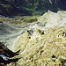 Abstieg über unangenehm brüchigen Gneis zwischen 3. und 2. Steilstufe, umso eindrücklicher der Tiefblick hinunter nach Stuefestei und Trachsellauenen