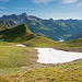 Der kürzeste Weg führt Anfang Juli - trotz des extrem warmen Frühlings - noch über ein Schneefeld.